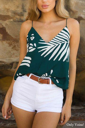 short jeans blanco con blusa estampada verde