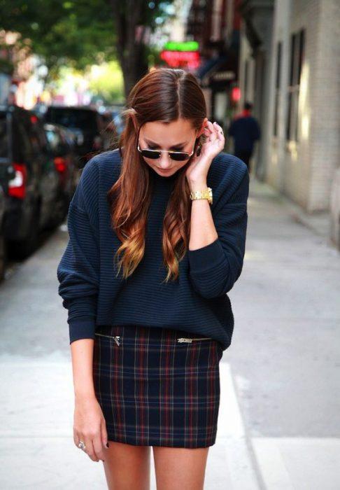 sweater con minifalda a cuadros
