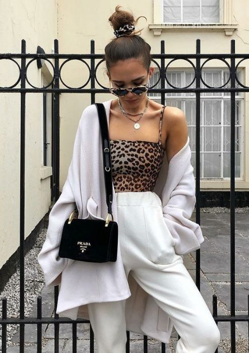 top animal print y pantalon blanco