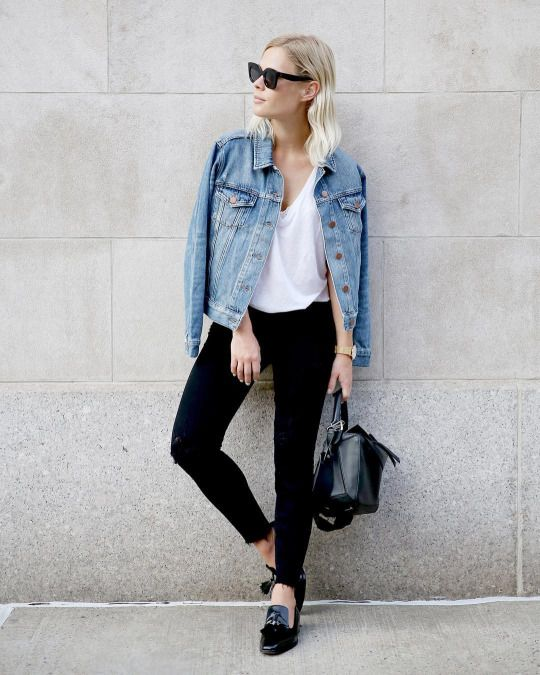 blusa blanca pantalon negro y campera jeans
