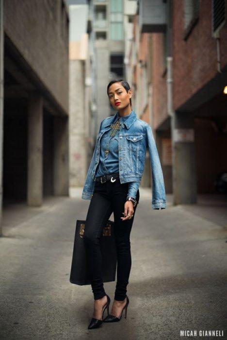 campera de jeans con pantalon negro