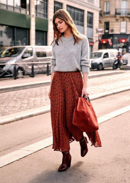 falda plisada con botas altas