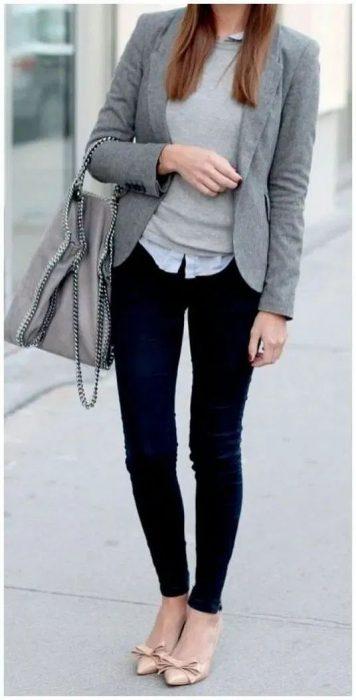 jeans y blazer gris para la oficina
