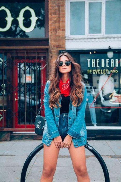 look basico con short y campera de jeans