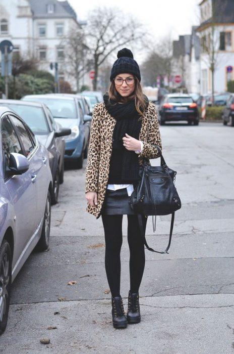 look con minifalda de cuero para invierno