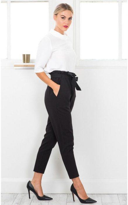look pantalon negro y blusa blanca juvenil