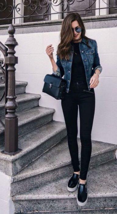 look urbano con pantalon negro y campera de jeans