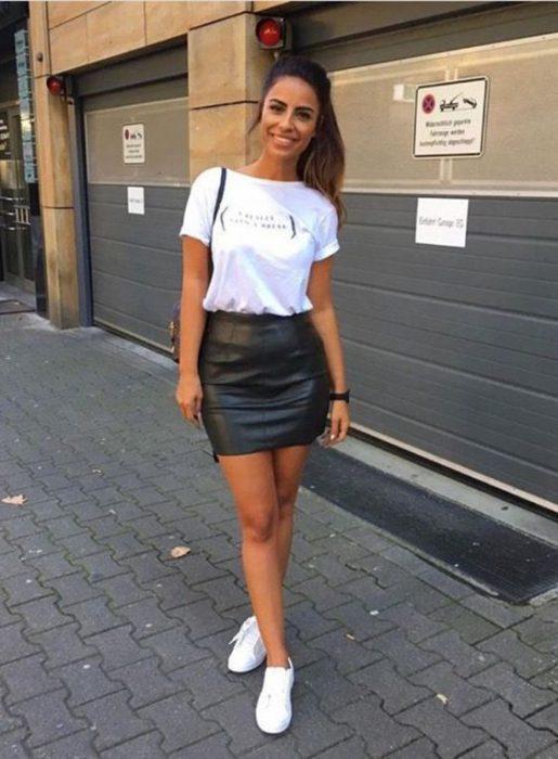 looks casual con minifalda de cuero negra