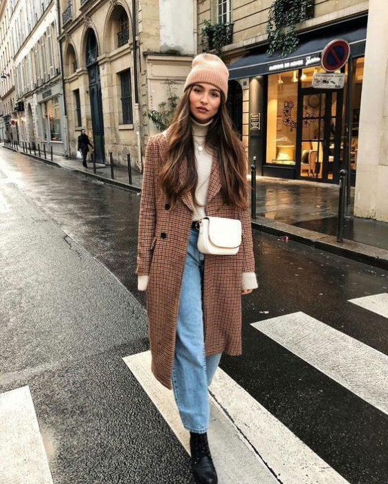 outfit invierno con polera y tapado