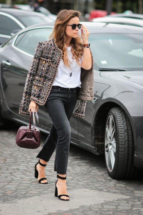 saco tweed con pantalon negro jeans 1