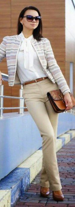 saco tweed y pantalon gabardina beige