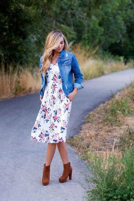 vestido floreado con campera de jeans