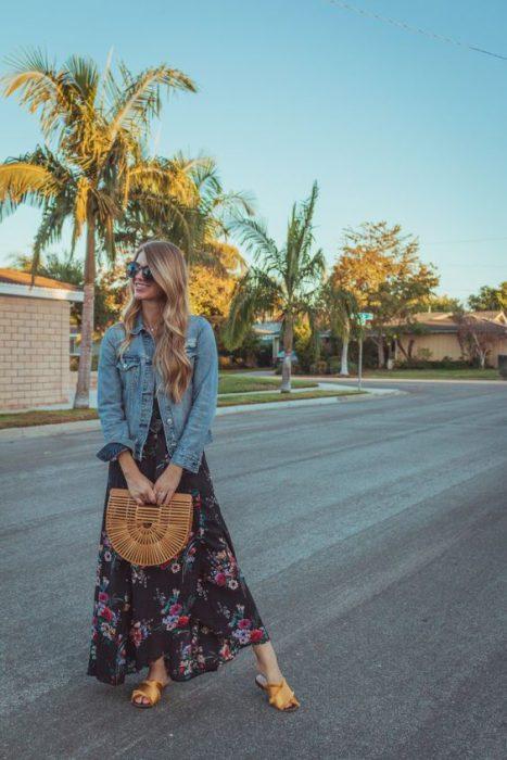 vestido largo estampado con campera de jeans