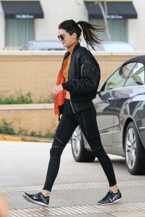 Outfits Campera bomber negra para invierno abrigada para mujer
