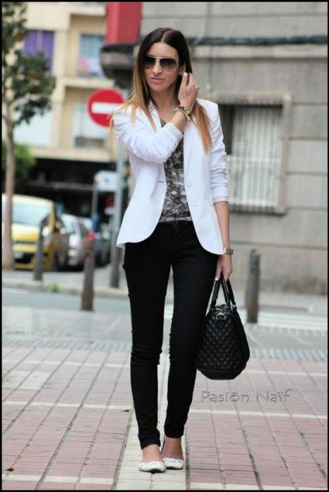 blazer blanco con jeans chupin