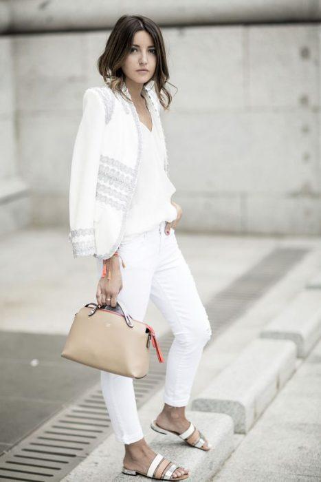 jean blanco con saco blanco