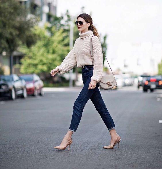 jeans azul oscuro con sweater polera