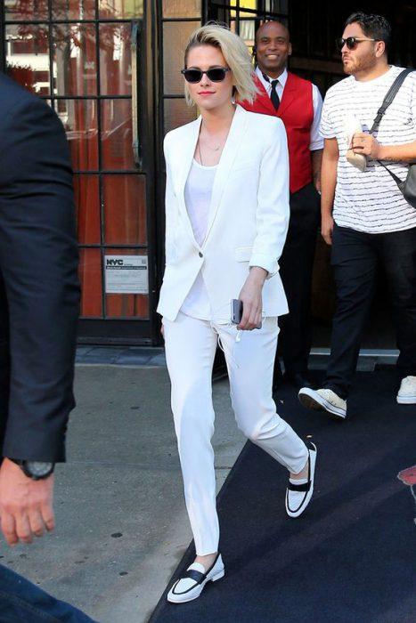 jeans blanco con blazer blanco