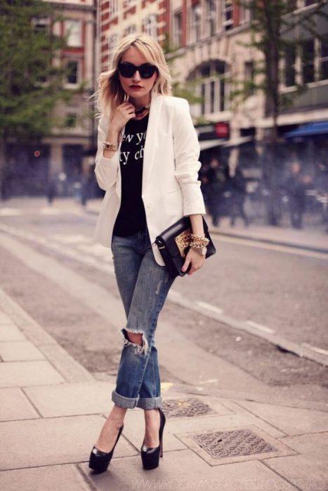 jeans boyfriends con blazer blanco