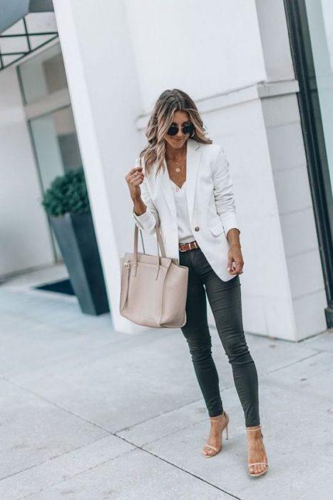 jeans chupin con blazer blanco