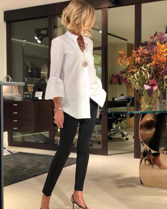 jeans negro y blusa blanca