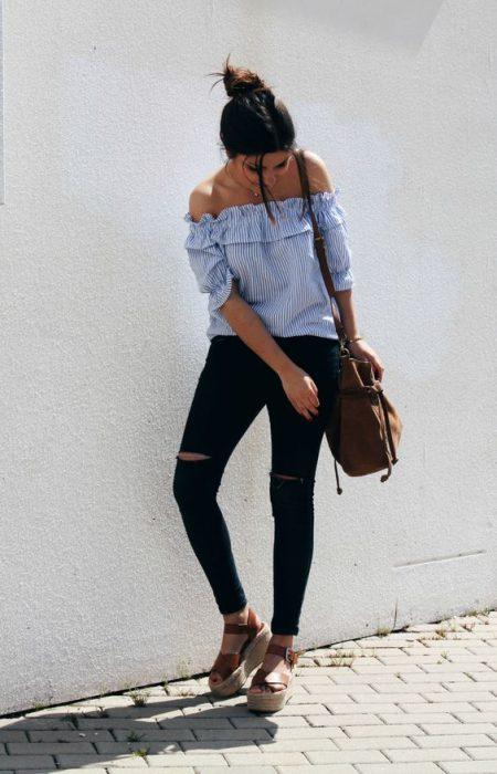 jeans negro y blusa celeste