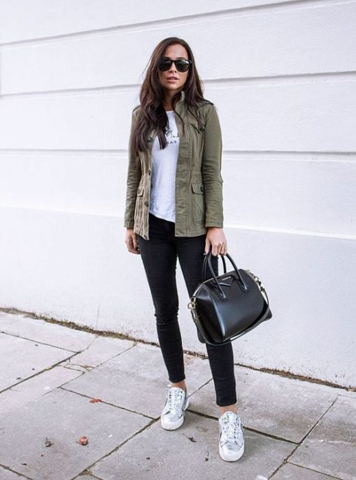 jeans negro y zapatillas urbanas