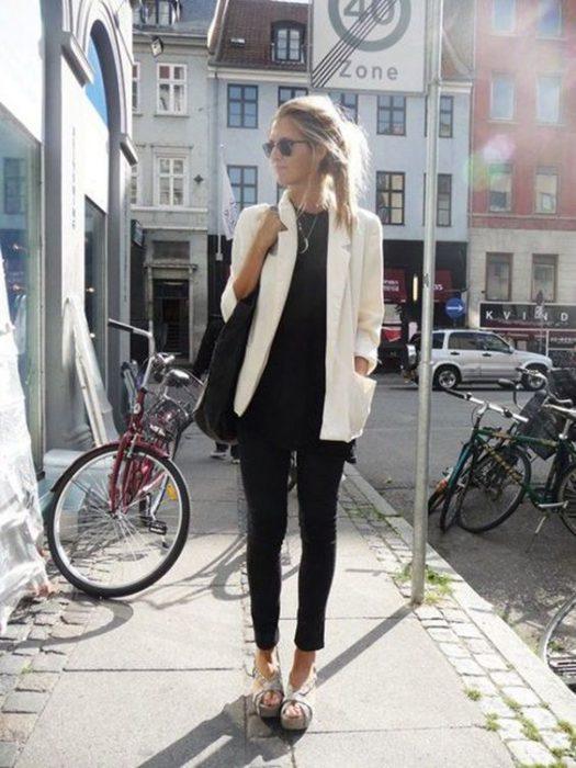 jeans y remera negra con blazer blanco
