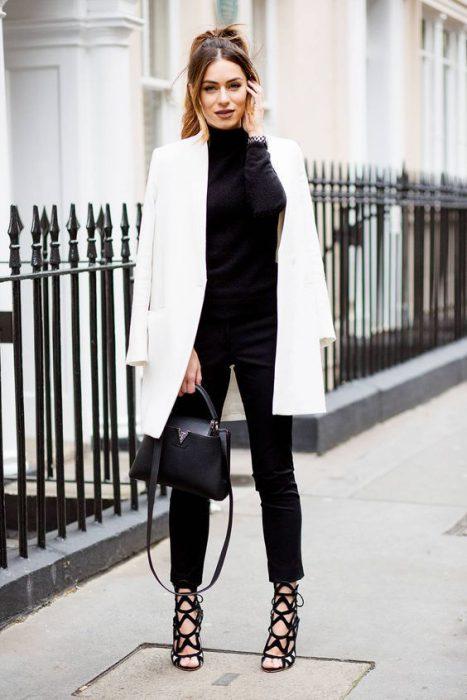 jeans y sweater negro con blazer blanco