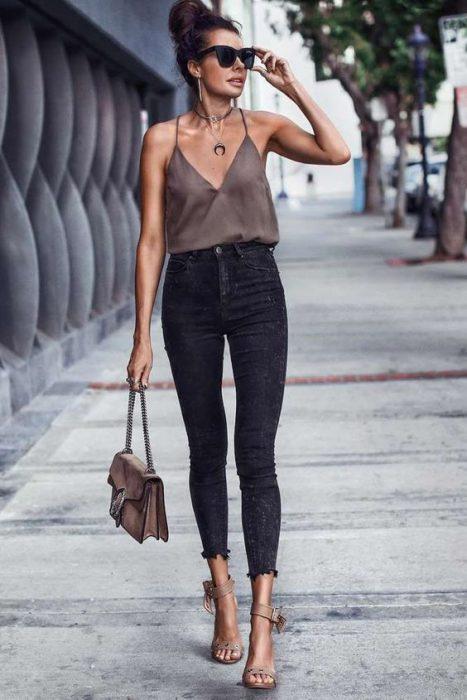 jenas negro y blusa musculosa para el verano