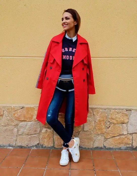 look casual con gabardina roja