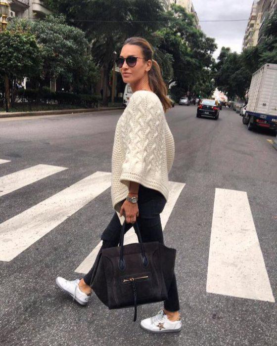 look urbano con poncho crudo lana tejido