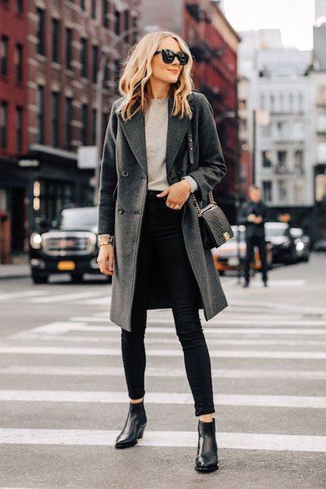 look urbano elegante con jeans negro