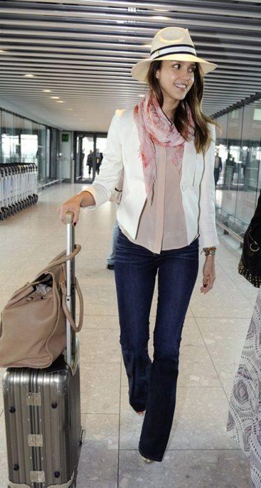 oufit con blazer blanco camisa y jeans oxford