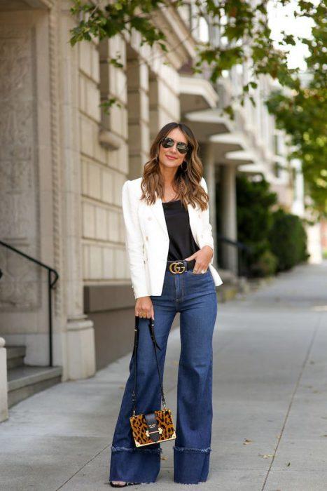 saco blanco con jeans oxford
