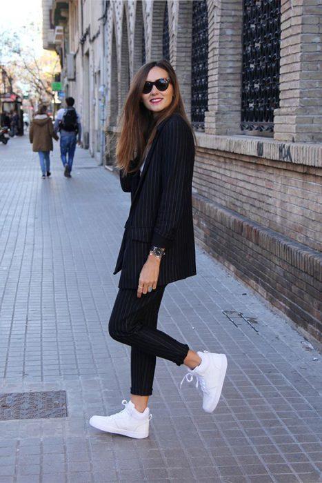 traje a rayas mujer look urbano
