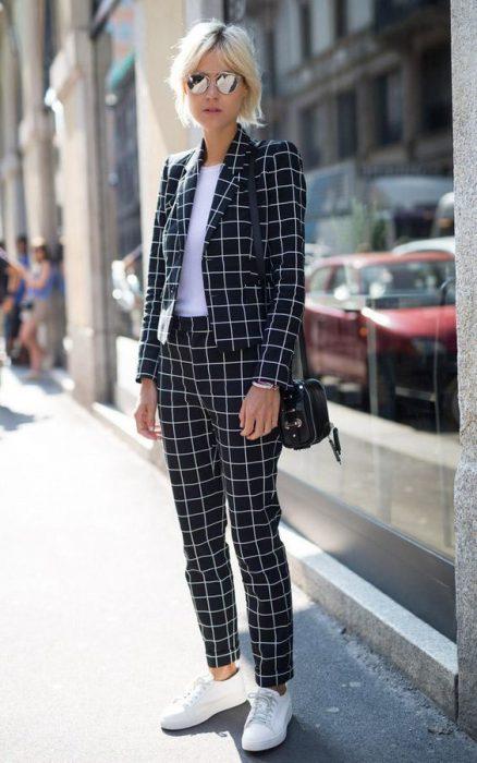 traje con estampa a cuadros mujer