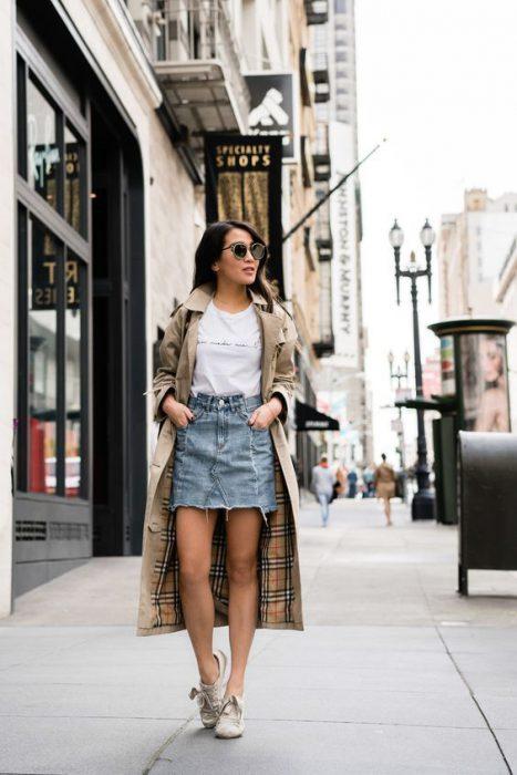 trench gabardina con minifalda jeans