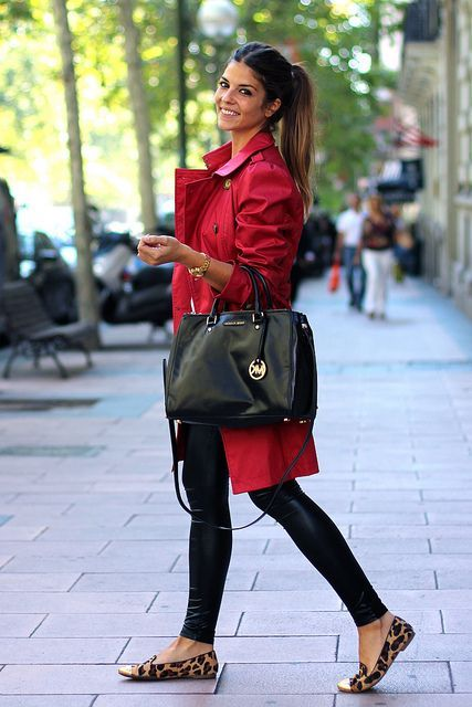 trench rojo look