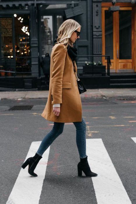 Look formal con jeans y tapado para invierno