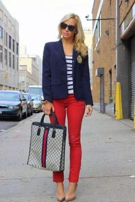 blazer azul con pantalon rojo