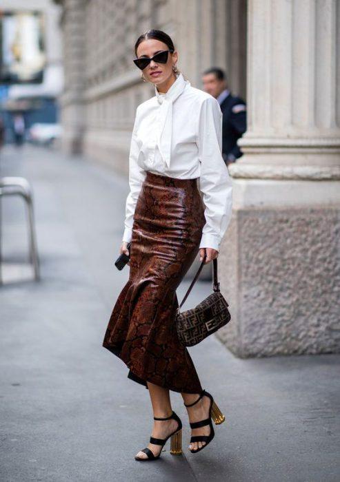 blusa con lazo y falda de cuero largo medio
