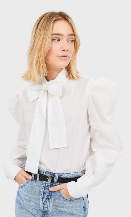 blusa con lazo y mangas abultadas