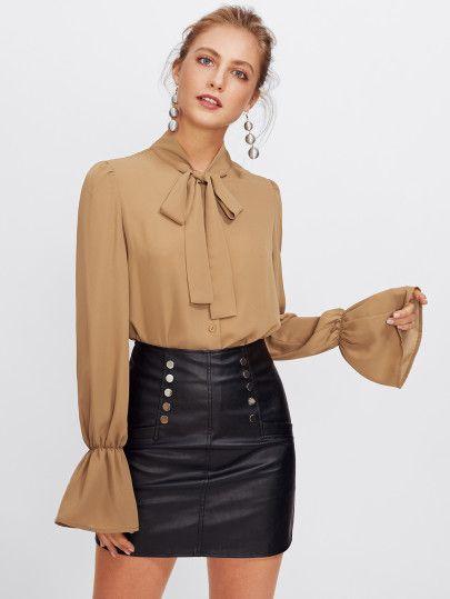 blusa con lazo y minifalda de cuero