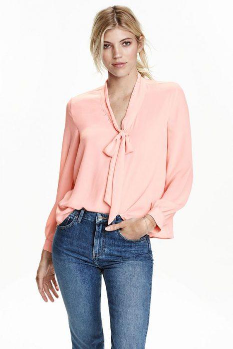 blusa mangas largas con lazo y jeans