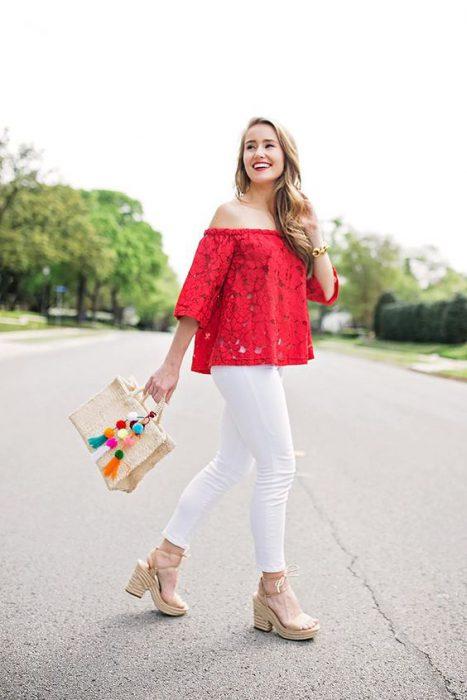 blusa roja con pantalon blanco