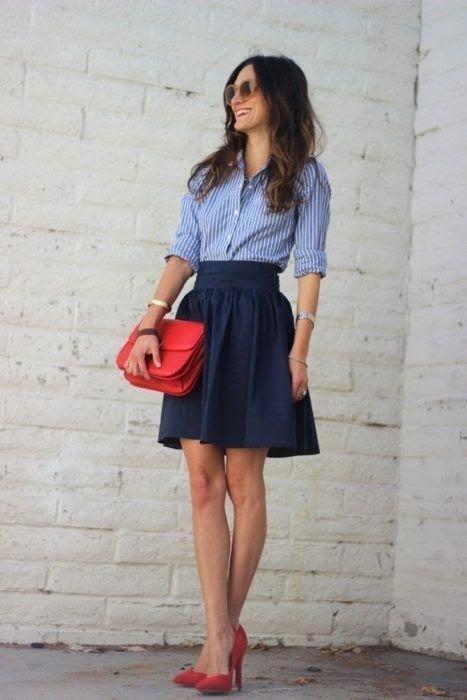 falda azul oscuro con accesorios rojos