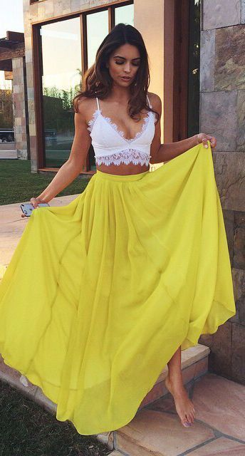 falda larga y top blanco noche