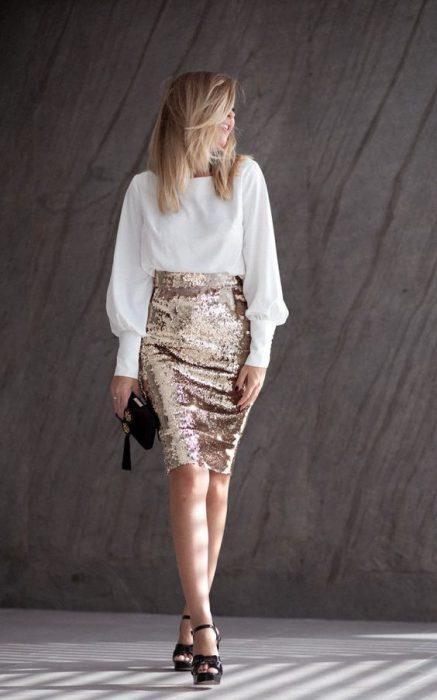falda tubo con lentejuelas y blusa blanca