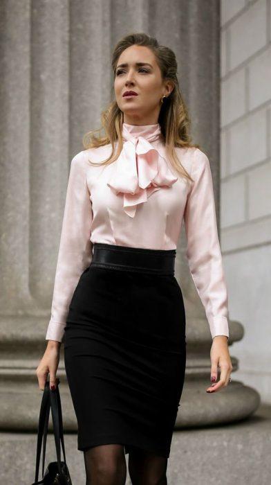 falda tubo negra con blusa mangas largas